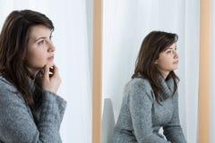Bored vrouw die haar emoties maskeren Royalty-vrije Stock Afbeelding