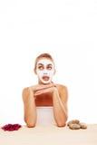 Bored vrouw in een gezichtsmasker Stock Foto
