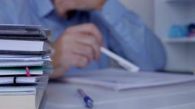 Bored zakenman die zenuwachtige en rusteloze gebaren met potlood op de lijst maken stock video