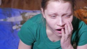 Bored zitting van het tienermeisje en het maken van gezichten 4k UHD stock videobeelden