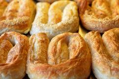 Borek de los pasteles de Balcanes en la exhibición en una panadería fotos de archivo