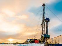 Borend een oliebron in een olie en gasveld in het Noordpoolgebied stock afbeelding