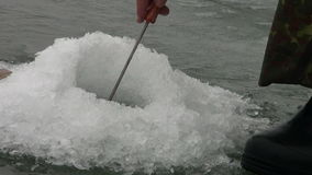 Borer τρυπών διατρήσεων το χειμώνα αλιείας πάγου απόθεμα βίντεο