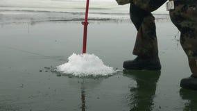 Borer τρυπών διατρήσεων το χειμώνα ψαράδων αλιείας πάγου απόθεμα βίντεο