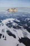 Borga-Dagan海岛在贝加尔湖小海  冬天土地 库存图片
