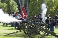borgerlig kriger beträffande enactmentbrand för 12 canon Arkivfoton