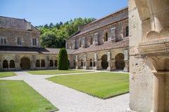 Borggård av Abbaye de Fontenay, Bourgogne, Frankrike Arkivfoto