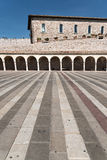 Borggård av basilikan av St Francis i Assisi Royaltyfri Foto