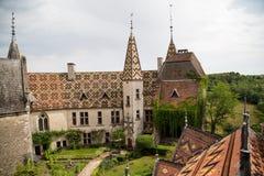 Borggård av Chateau De La Rochepot från över Arkivbilder