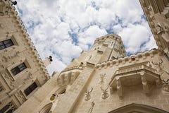 Borggård av den Hluboka slotten, storartad slott för Windsor stilchateau i Hluboka nad Vltavou, Tjeckien Royaltyfria Bilder