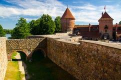 Borggård av den medeltida gotiska Trakai öslotten, Litauen arkivfoto