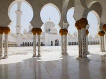 Borggård av den Sheikh Zayed moskén i Abu Dhabi Royaltyfri Fotografi