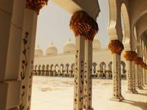 Borggård av den Sheikh Zayed moskén i Abu Dhabi Royaltyfria Bilder