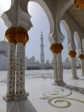 Borggård av den Sheikh Zayed moskén i Abu Dhabi Arkivfoto