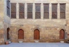 Borggård av det historiska huset för El som Razzaz lokaliseras på det Darb al-Ahmarområdet, Kairo, Egypten arkivfoton