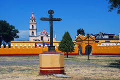 Borggård av en kyrka i Cholula, Puebla, Mexico royaltyfria foton