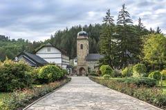 Borggård av kloster och klosterbyggnaderna Royaltyfria Bilder