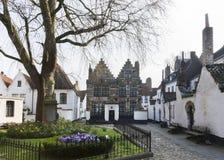 Borggård av Kortrijk Beguinage, Belgien. Royaltyfria Foton