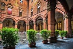 Borggård av Palazzoen Comunale i bolognaen italy royaltyfria foton