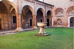 Borggård av Pilate i Basilica av Santo Stefano, Bologna Royaltyfri Fotografi
