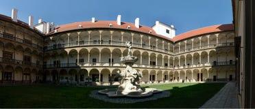 Borggård av slotten i staden Bucovice i Tjeckien Arkivbild