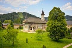 Borggård av Sucevita den ortodoxa kloster Royaltyfri Foto