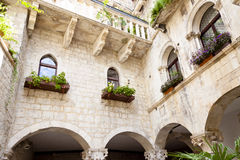 Borggård av tenementhuset - Trogir, Kroatien. Royaltyfria Foton
