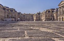 Borggård av Versailles med stentrottoar royaltyfri bild