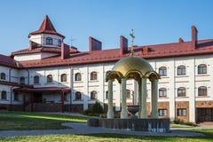 Borggård i den ortodoxa kloster Arkivfoto