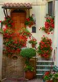 Borggård i staden Atri, dörr och trappa med rött Arkivbilder
