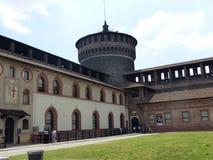 Borggård med ett cylindriskt torn av slotten Sforzesco i Milan i Italien royaltyfri fotografi