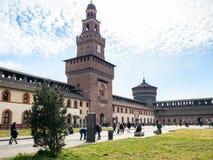 Borggård nära Torre del Filarete i den Sforza slotten arkivfoto