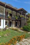 Borggård och bostads- byggnader för 19th århundrade i den Zemen kloster, Bulgarien Arkivbilder