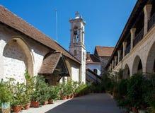 Borggård och klockstapel av den gamla kloster i Cypern Arkivbilder
