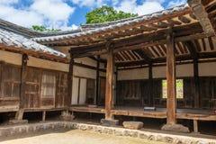 Borggård och med en koreansk husfasad för traditionell stil i Yangdong den Folk byn Gyeongju Sydkorea, Asien royaltyfria bilder