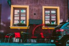 Borggård Tappningfönster gammal texturvägg för tegelsten för prydnadpapper för bakgrund geometrisk gammal tappning royaltyfria foton