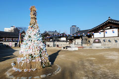 Borggården av den Hanok byn, Seoul, Sydkorea Fotografering för Bildbyråer