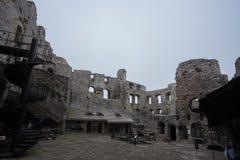 Borggården av den medeltida slotten fördärvar i dåligt väder Royaltyfri Fotografi