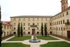 Borggården av kloster av San Zoilo i Spanien royaltyfri fotografi