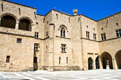 Borggården av slotten av den storslagna förlagen Royaltyfri Bild