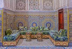 Borggården dekorerade med mosaiken och carvings i en marockansk riad arkivbild