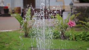 Borggårdspringbrunn Borggård med en springbrunn i en nordlig europeisk stad Bevattna springbrunnen Härlig grundläggande fontain arkivfilmer