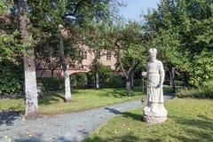 Borggårdträdgård med statyn och gamla historiska hus av beguinagen i Antwerp, Belgien Royaltyfri Bild
