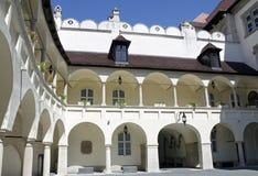 Borggård av det gamla stadshuset i Bratislava, Slovakien Royaltyfri Fotografi
