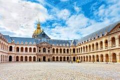 Borggård av det Les Invalides hotellet. Paris Frankrike. Royaltyfria Foton