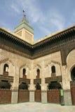 Borggård och minaret av Madrasaen Bou Inania i Fez, Marocko Royaltyfria Bilder