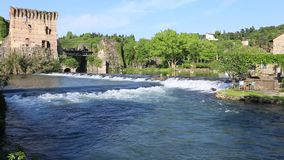 Borghetto, Italië 05/01/2019: aardscène van Borghetto-stad op de Mincio-rivier stock video