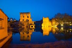 Borghetto sul Mincio,中世纪桥梁的废墟在黄昏的 Vene 库存照片
