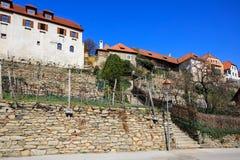 Borgo di Weissenkirchen nel der Wachau con le vigne a terrazze nella priorità alta r Immagine Stock