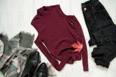 Borgogna completa, sciarpa, jeans neri e stivali concetto alla moda Immagine Stock